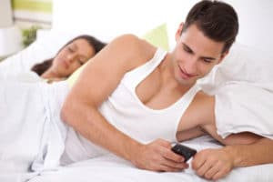 cell-phones-cheating-infidelidad-terapia-de-parejas-en-costa-rica